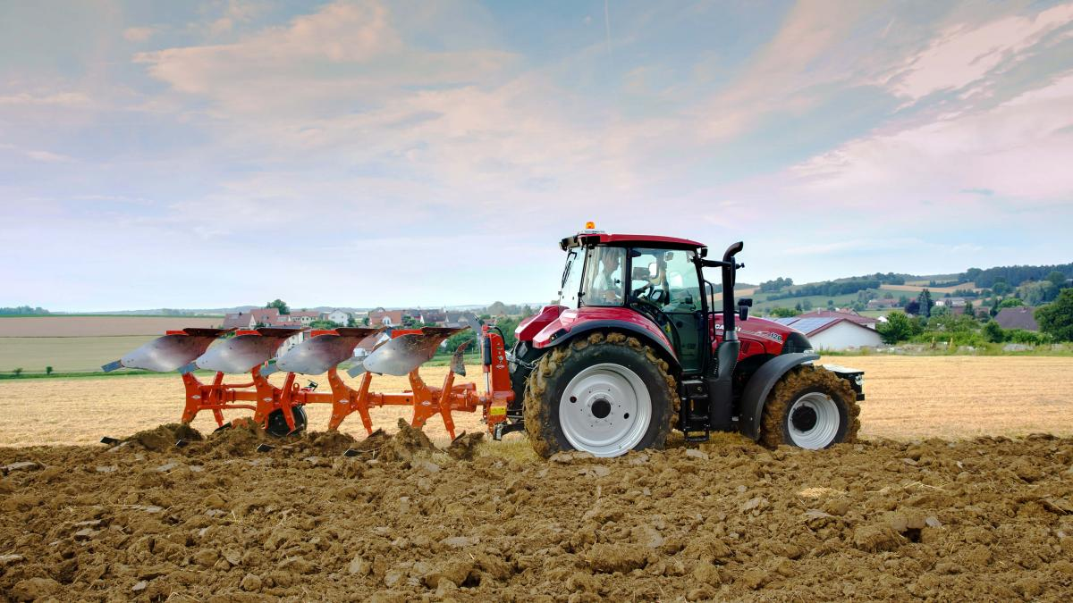 https://www.kuhn.fr/sites/default/files/styles/media_large/public/media-nextpage-img/MASTER-113_Ploughing_low-tractor-power_0.jpg?itok=PO9sx3B9